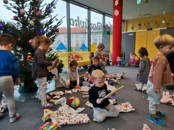 Nadělování dárečků v Beruškách